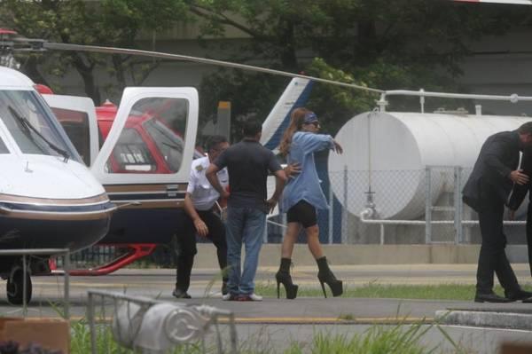 Lady Gaga chega ao Rio de saltão e bandana na cabeça