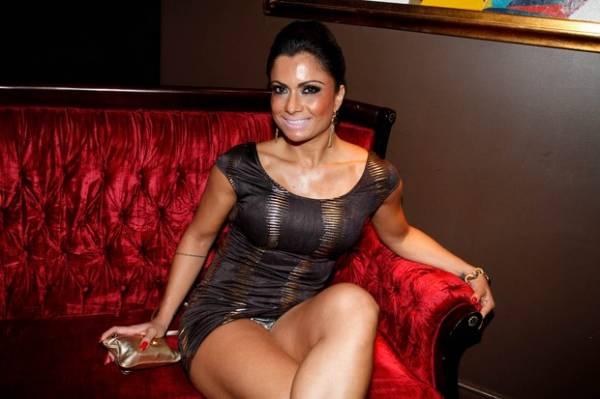 De vestido curtíssimo, Dani Sperle deixa calcinha à mostra em festa