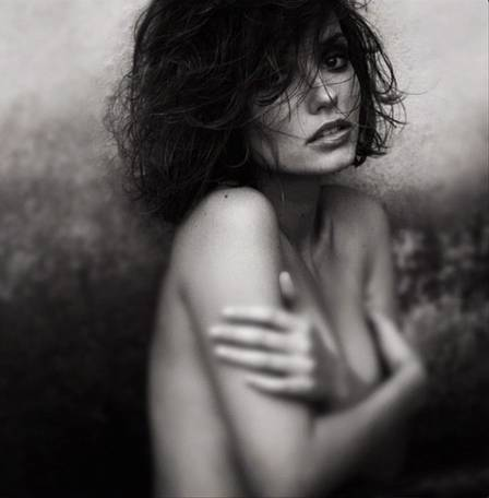 Rosanne Mulholland, professora Helena, surge sensual em foto