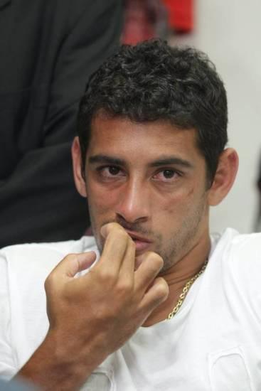 Sem visto, Diego Souza está