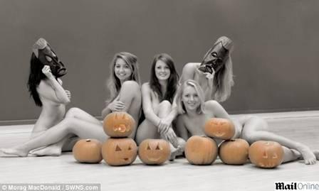 Doença da mãe inspira jovem a posar nua com amigas para combater câncer