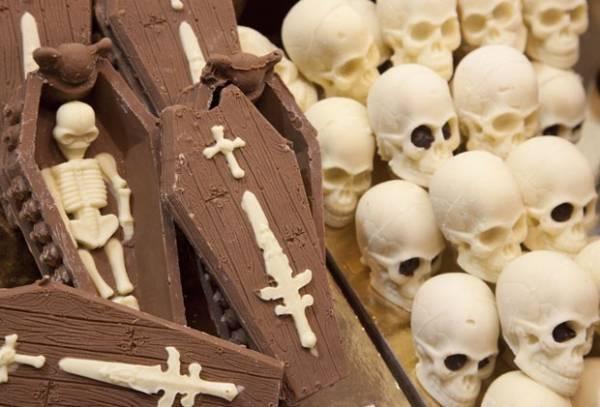Feira exibe chocolate no formato de câmera, caixão e até esqueleto