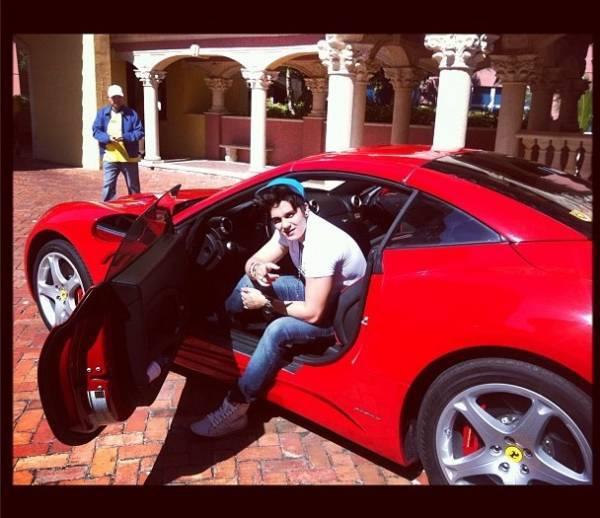 Luan Santana faz pose de rico em Ferrari emprestada nos EUA