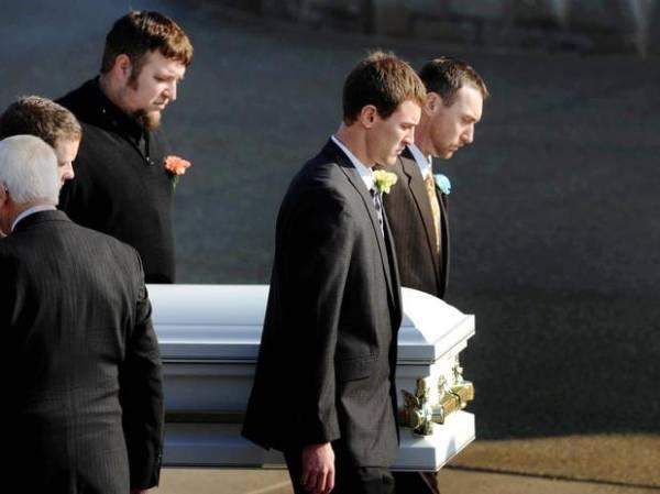 Menino morto por cães selvagens em zoo é enterrado nos EUA