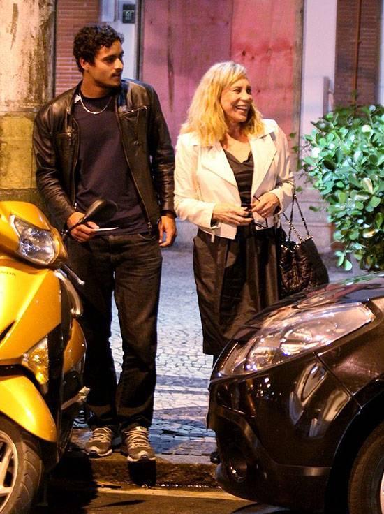 Arlete Salles é fotografada com namorado 42 anos mais jovem