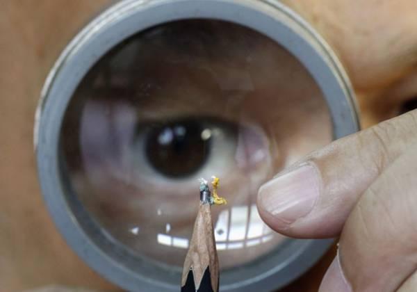 Artista taiwanês faz escultura em miniatura em cima de lápis