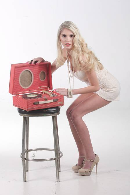 Bárbara Evans posa de pin-up moderna e faz desabafo