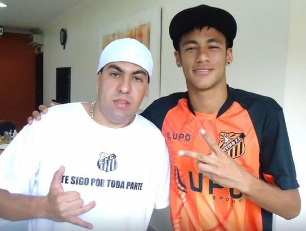 Com camisa do Divino, Neymar posa com torcedor em almoço