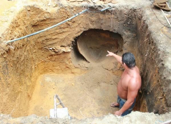 Pedreiro cava fossa e encontra urna com esqueleto em quintal