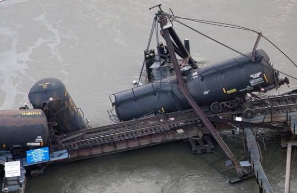 Trem que levava produtos químicos descarrila nos EUA
