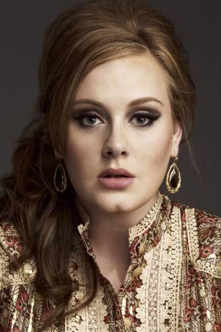Adele é multada por não registrar nome de filho em cartório