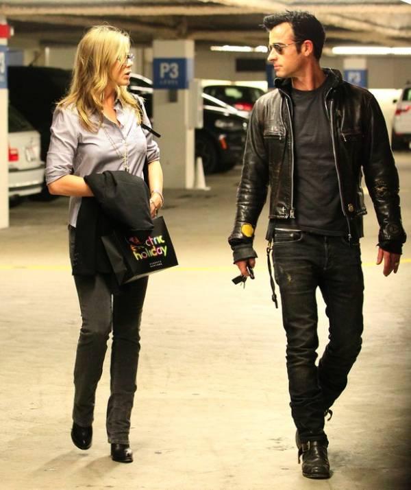 Grávida? Jennifer Aniston esconde barriga com casaco