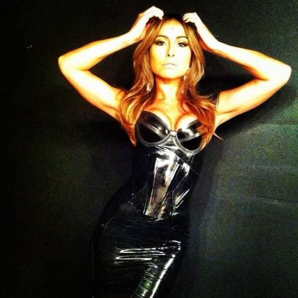 Sabrina Sato usa vestido preto justinho e decotado