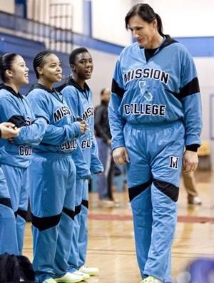 Veterano de guerra troca de sexo e causa polêmica em time universitário de basquete