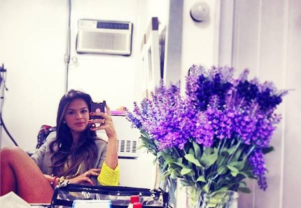 Bruna Marquezine mostra pernão em bastidores de gravação
