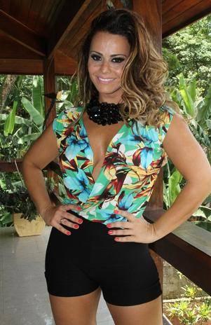 Com looks ousados, Viviane Araújo é estrela da própria marca