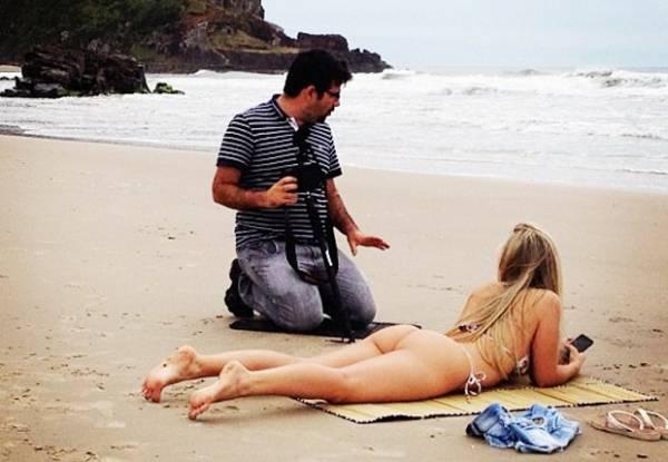 De biquíni, ex-BBB Renata exibe bumbum em gravação na praia