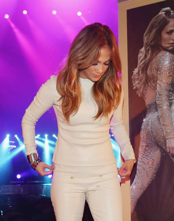 Jennifer Lopez mancha calça e só percebe na hora de posar
