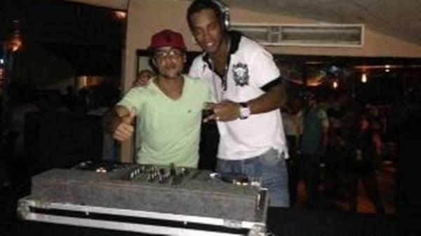 Ronaldinho Gaúcho vira DJ em festinha em Salvador