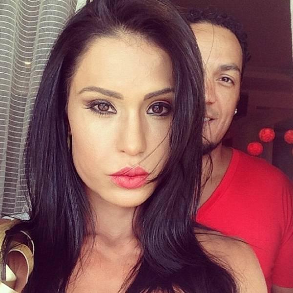Belo posta foto de Gracyanne Barbosa à la Angelina Jolie