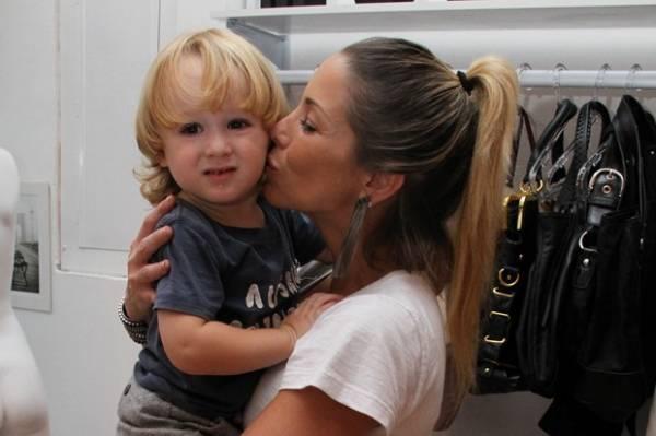 Danielle Winits inaugura loja e recebe o filho Noah e Priscila Fantin