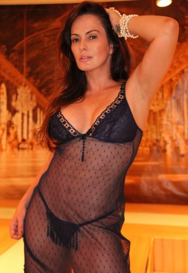 Lembram dela? Núbia Óliiver mostra sensualidade em ensaio