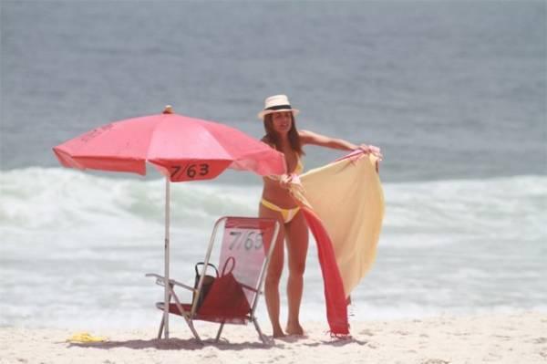 Sozinha, Nívea Stelmann vai à praia no Rio de Janeiro