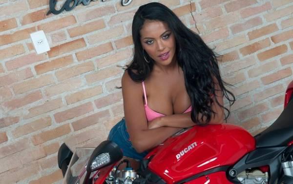 De topless, passista da Mancha Verde faz ensaio sexy