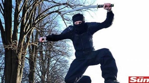 Homem se veste de ninja para acabar com criminosos e vai preso na Inglaterra