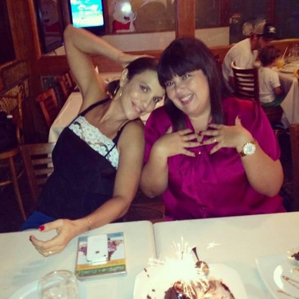 Ivete Sangalo e Fabiana Karla matam saudade em churrascaria