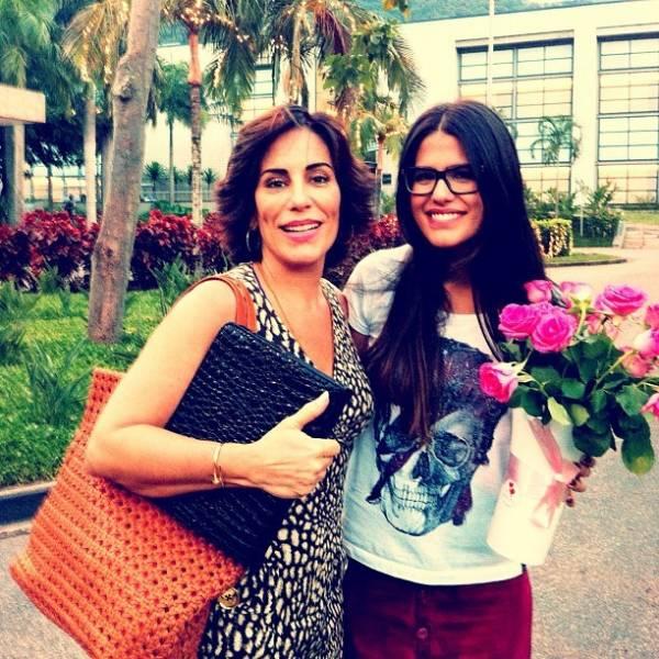 Antonia Morais ganha flores e posa com a mãe em 1º dia de gravação