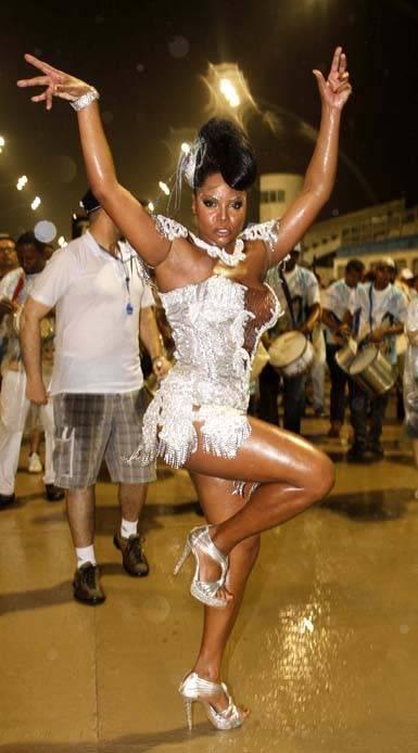 Bombom usa fantasia decotada em ensaio técnico de carnaval