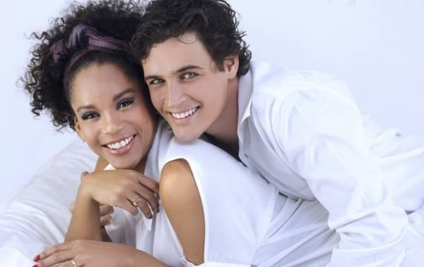 Felipe Dylon e Aparecida celebram 1 ano de união com fotos românticas