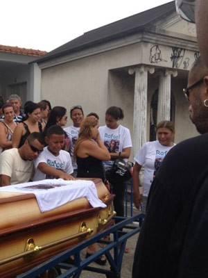 Integrante do AfroReggae morto a tiros é sepultado no Rio