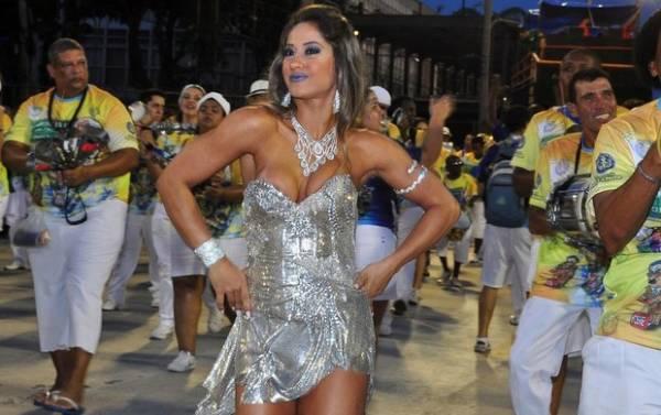 Mesmo com pé quebrado, ex-BBB Mayra Cardi cai no samba