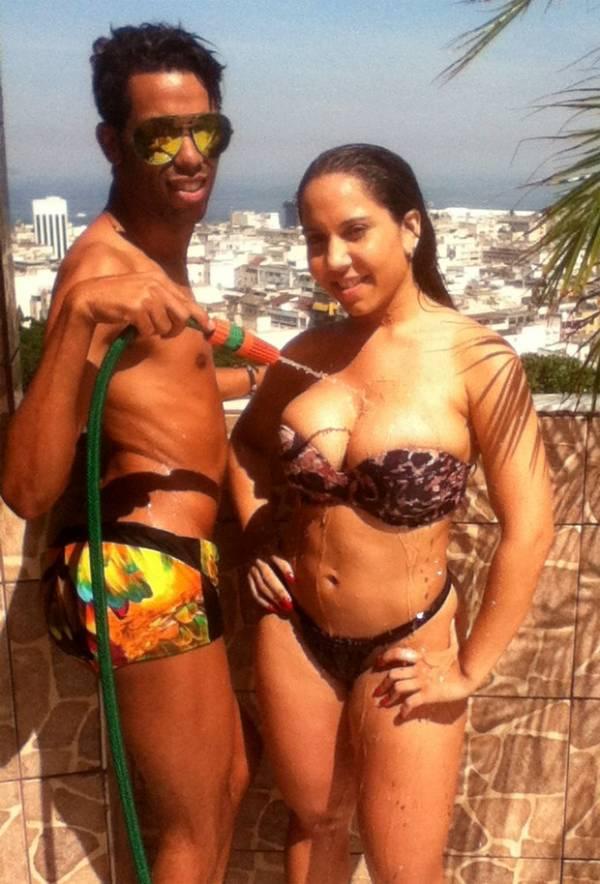 Mulher Melão toma banho de mangueira em laje de comunidade