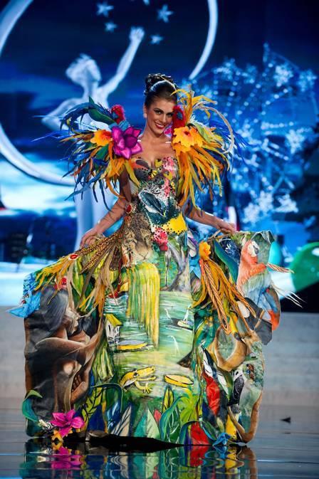 Miss Brasil desfila com traje típico de gosto duvidoso no Miss Universo