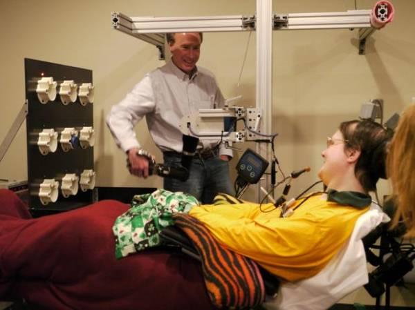 Mulher paralítica controla braço robótico com o pensamento