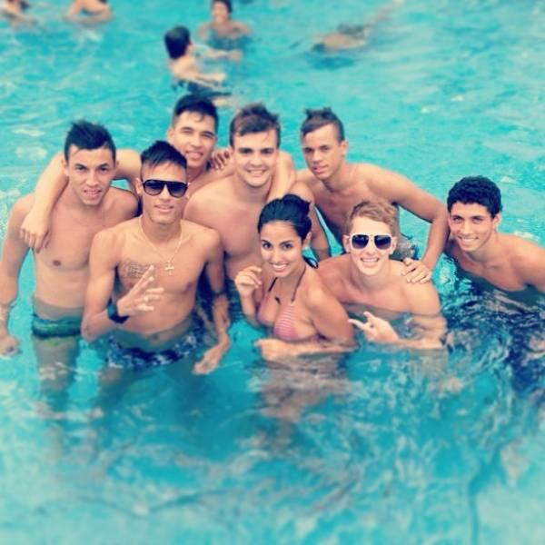 Neymar curte dia de piscina com amigos e posta foto no Instagram