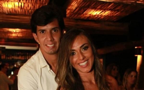 Nicole Bahls curte noite sertaneja grudadinha ao namorado no Rio