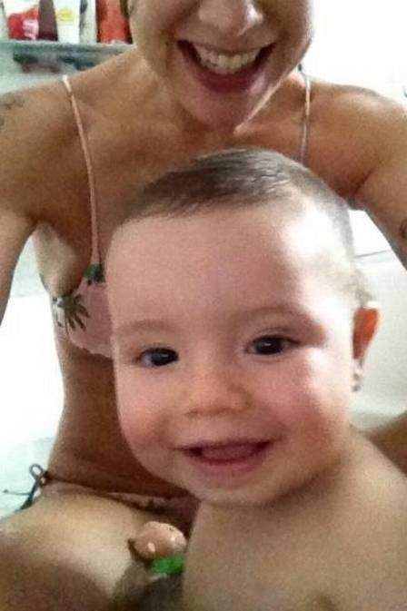 Atriz Luana Piovani posa de biquíni coladinha ao filho Dom
