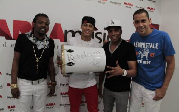 De barbicha loira, Neymar vai a show de pagode com amigos