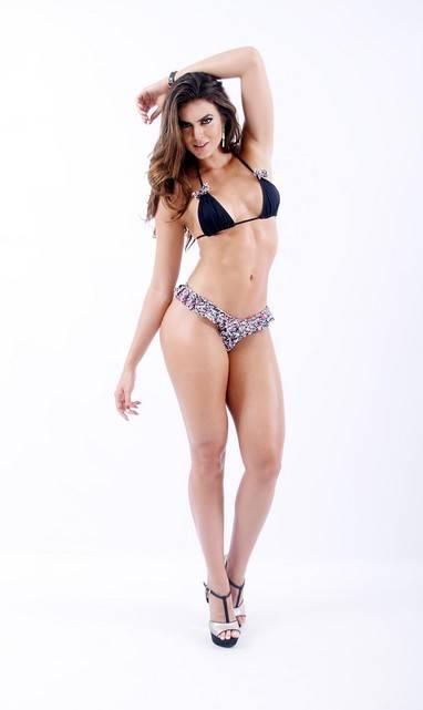 Renata Molinaro posa de biquíni para campanha de sua marca