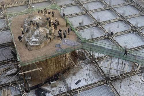 Túmulo que fica em complexo residencial é removido