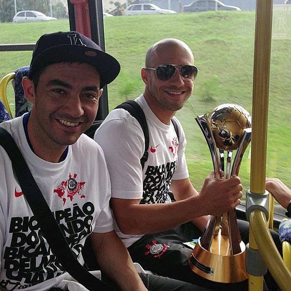 Torcida faz festa para receber o Corinthians com a taça de campeão mundial de clubes