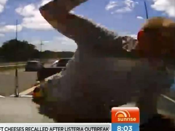 Após discussão, motorista salta em capô e quebra para-brisa a socos