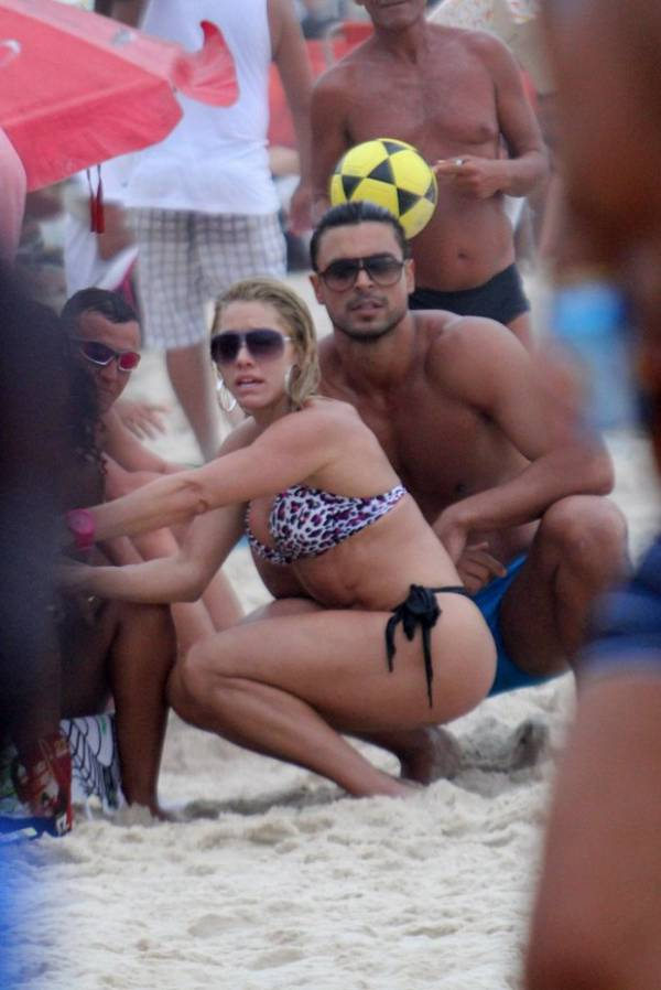 Depois de morena, ex-namorado de Nicole Bahls é flagrado aos beijos com loira em praia