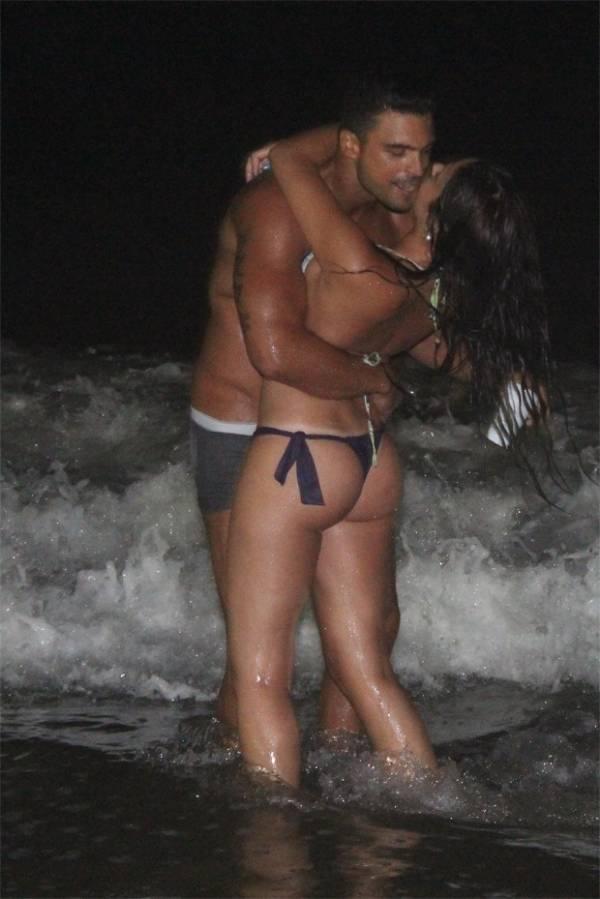 Ex de Nicole Bahls também faz a fila andar e beija morena em praia