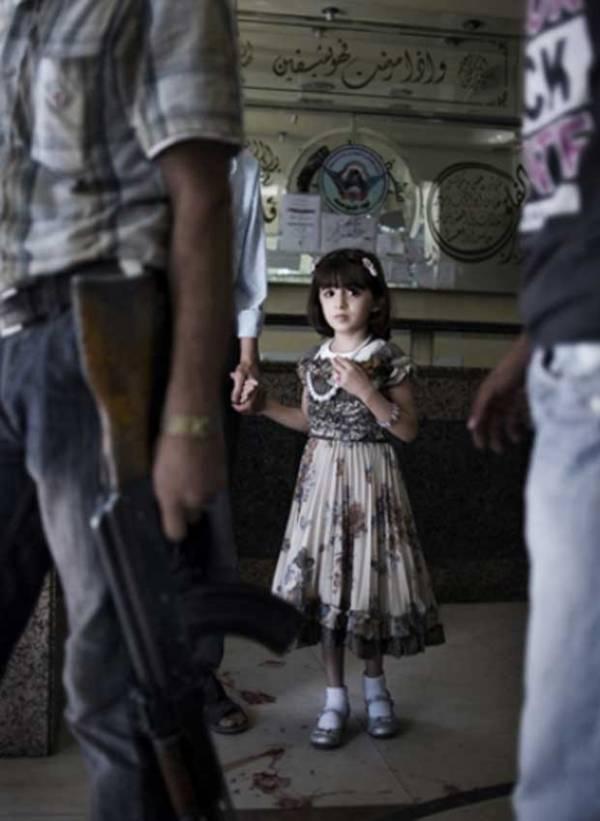 Foto de menina em sala de espera de hospital vence prêmio do Unicef