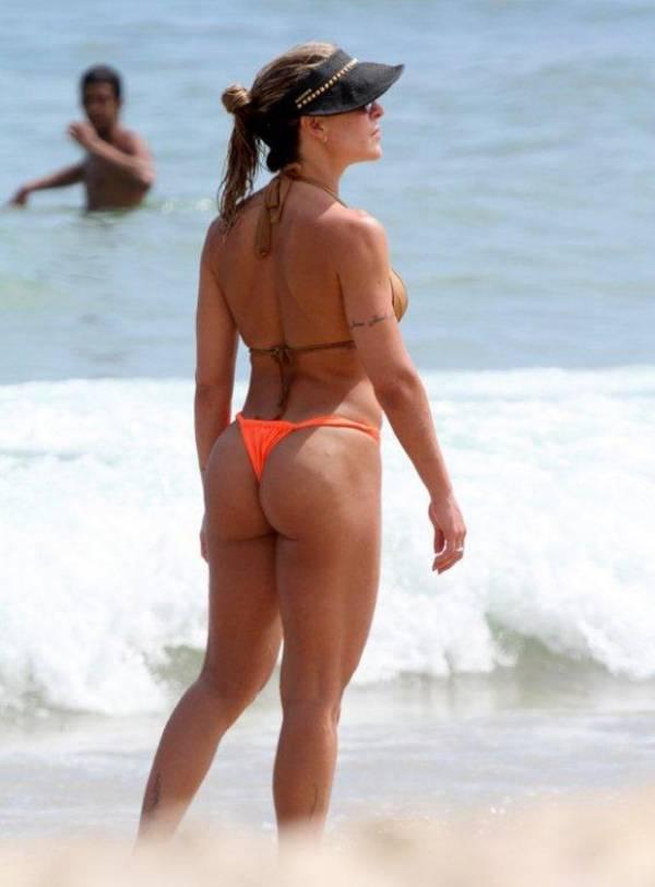 Joana Machado curte praia com o filho e exibe belas curvas